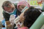 stomatolog w trakcie pracy